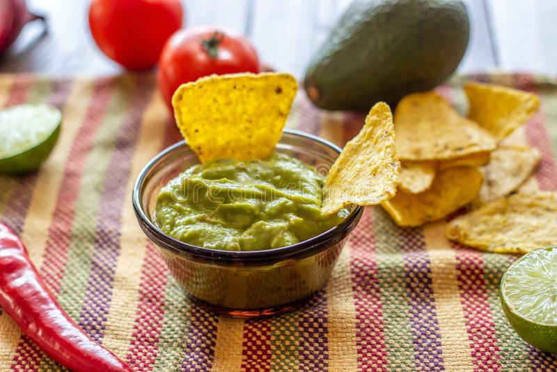 Nachos de guacamole et de pommes chips dans la serviette color?e Cuisine mexicaine images stock