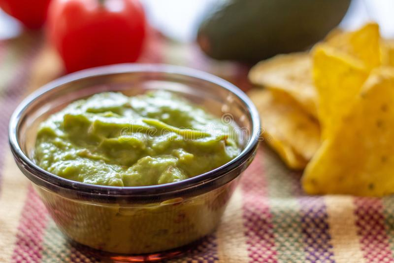 Nachos de guacamole et de pommes chips dans la serviette color?e Cuisine mexicaine photos stock
