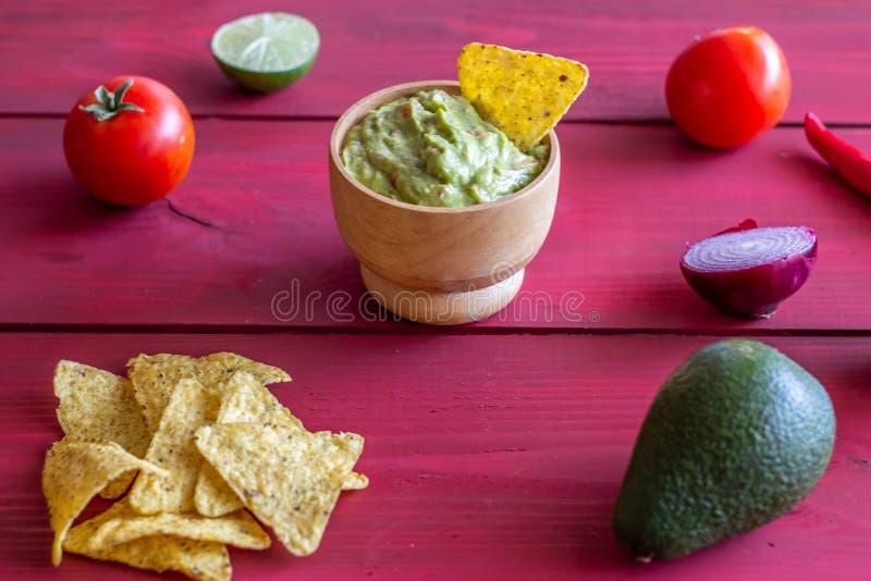 Nachos de guacamole et de pommes chips Fond rouge Cuisine mexicaine photos stock