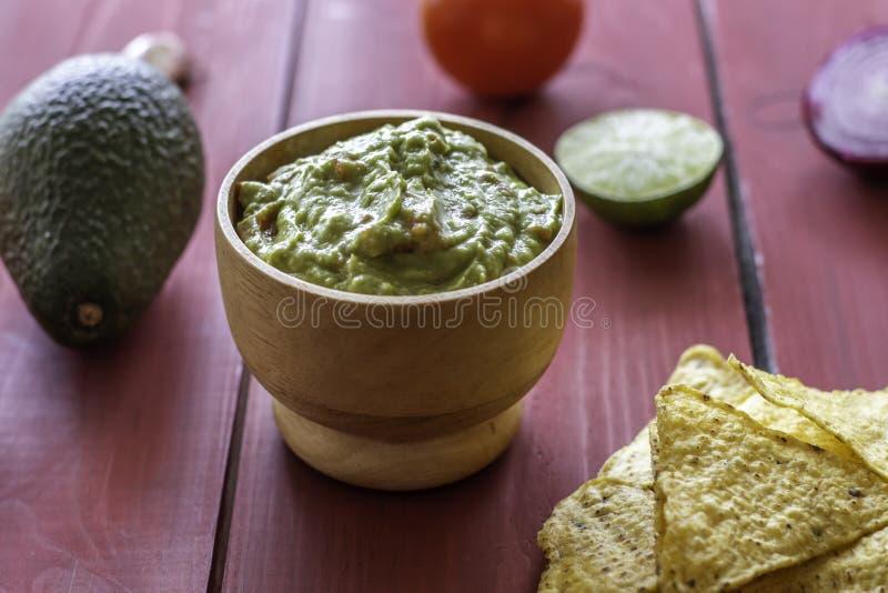 Nachos de guacamole et de pommes chips Fond rouge Cuisine mexicaine image libre de droits