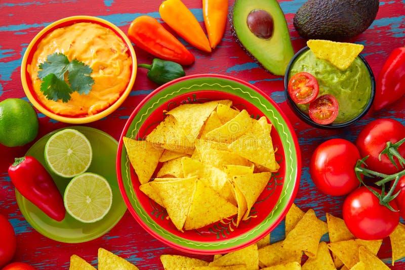 Nachos de nourriture et sauce chili mexicains à guacamole image stock