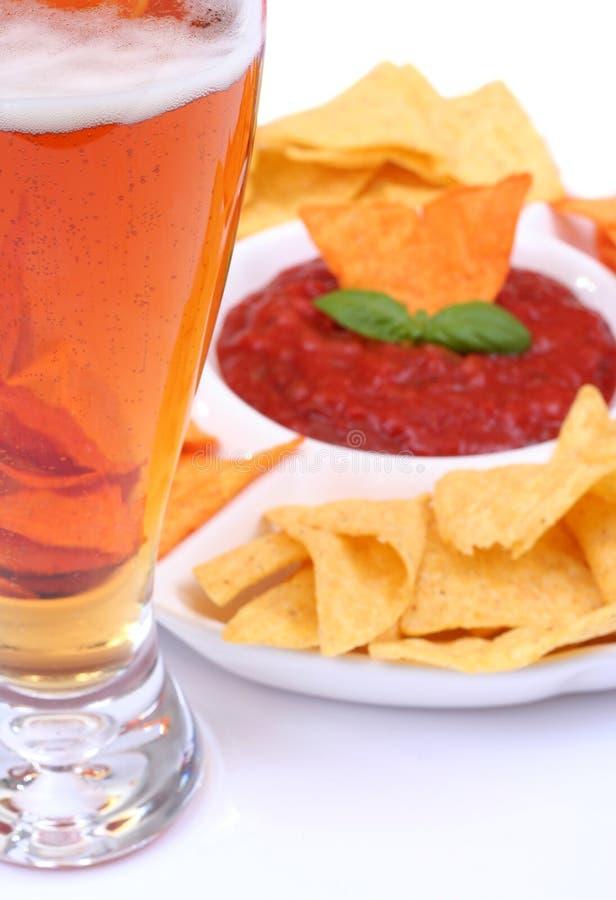 Nachos e salsa da cerveja imagens de stock royalty free