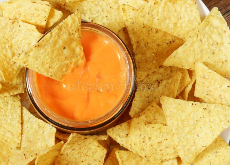Nachos et sauce image stock