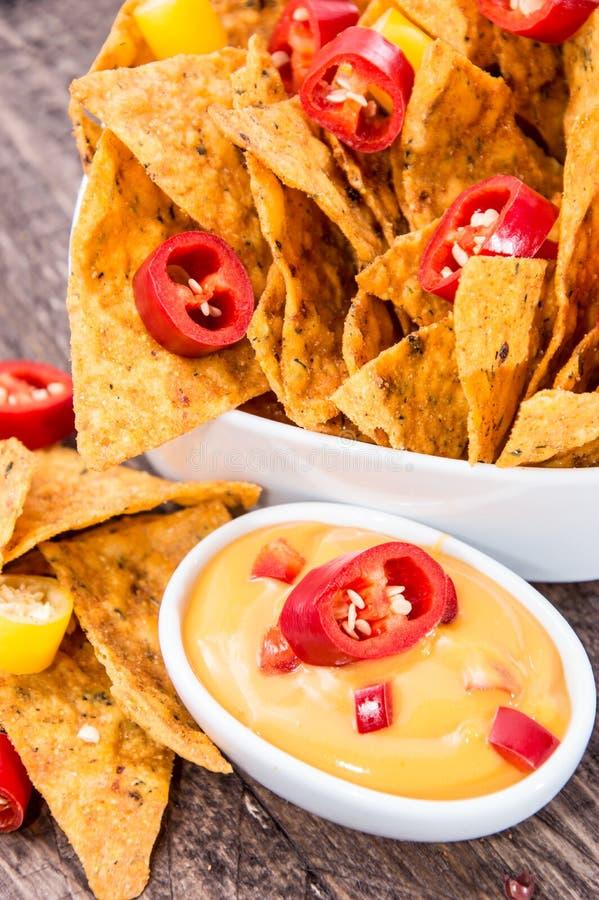 Nachos frais avec de la sauce à fromage image libre de droits