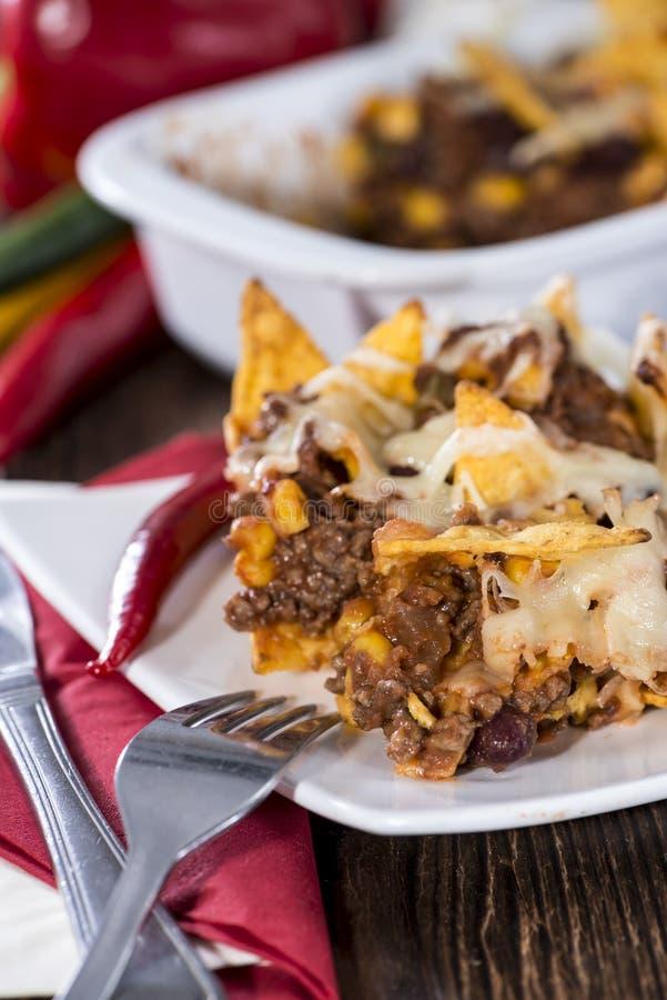 Nachos gratinated avec du fromage images stock