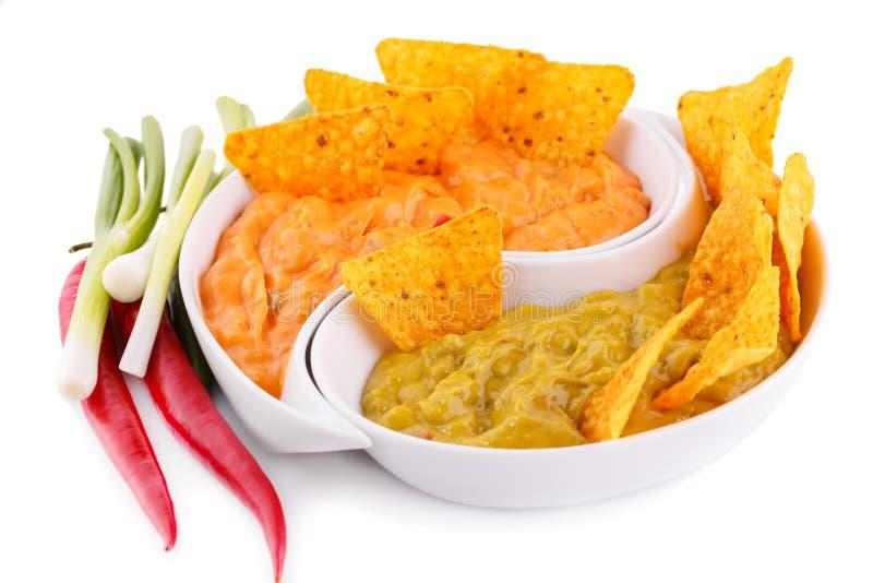 Nachos, guacamole et sauce au fromage, légumes photos stock