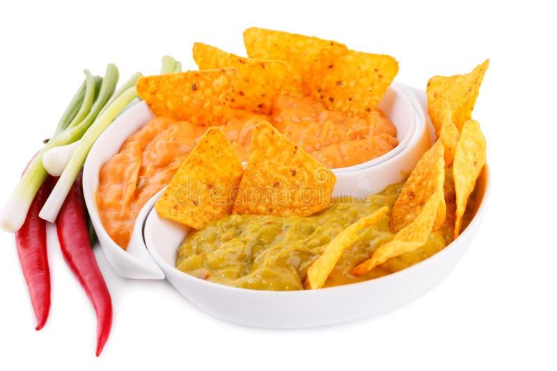 Nachos, guacamole et sauce au fromage, légumes images stock