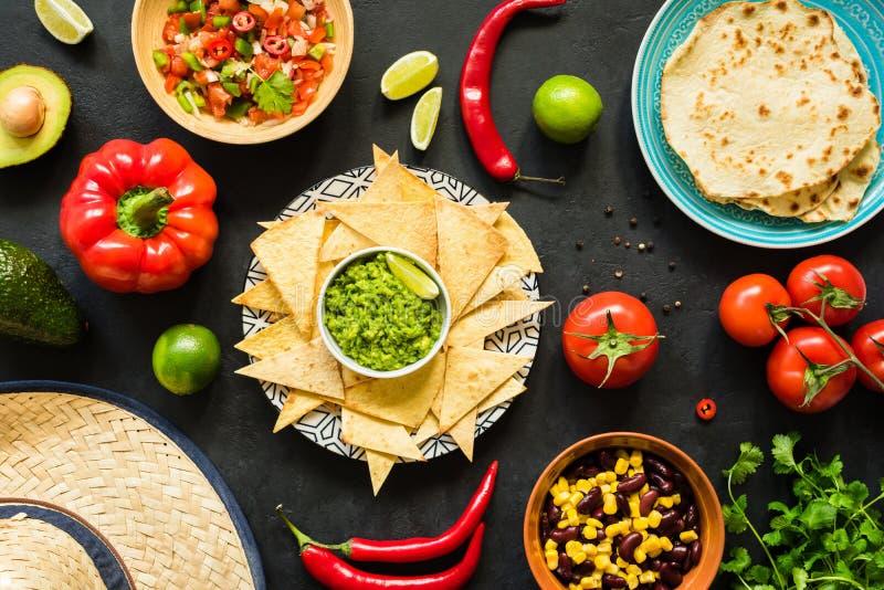 Nachos med guacamole, bönor, salsa och tortillor Mexicansk mat arkivbild