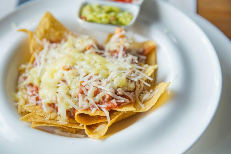 Nachos mexicains de nourriture avec de la sauce et le fromage images stock