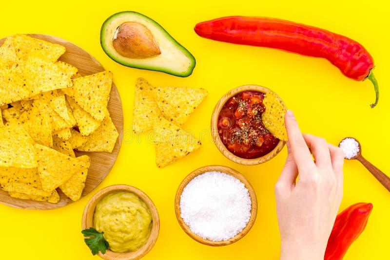 Nachos mexicains populaires de casse-croûte Tortilla de nacho de Tiangle près de sause de Salsa et de guacamole, poivre de piment image stock