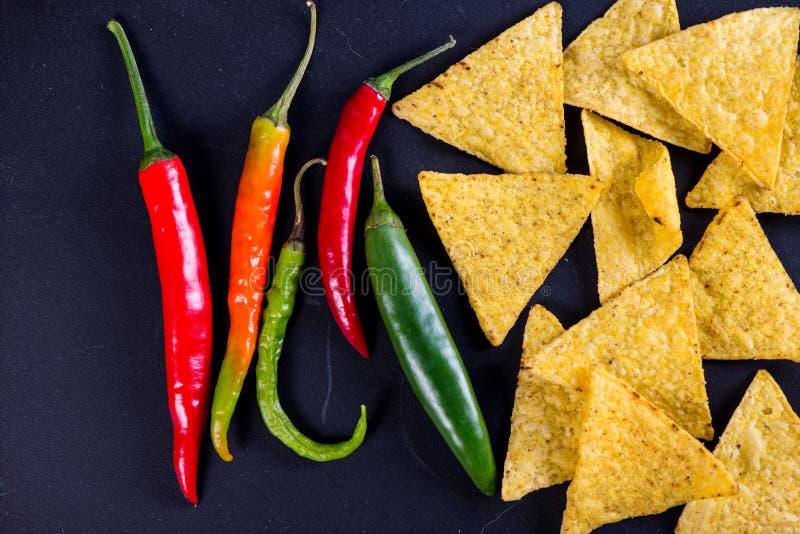 Nachos mexicanos de la comida de la calle con el fondo del jalapeno fotografía de archivo libre de regalías