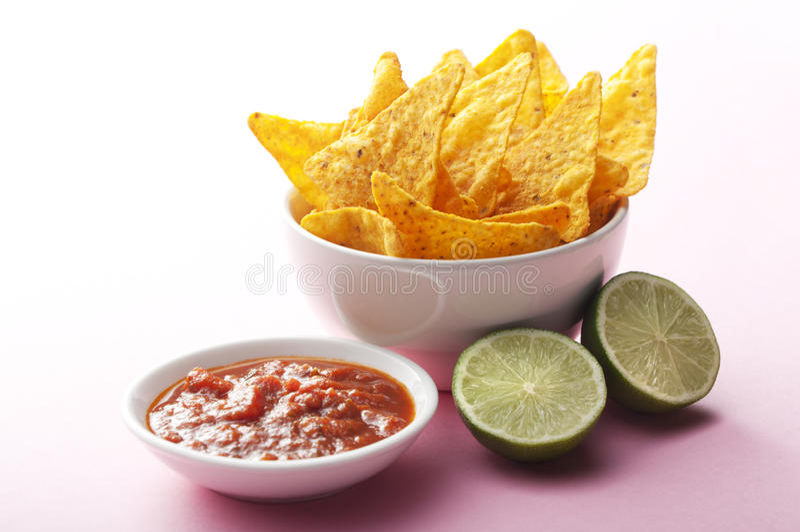 Nachos, salsa i wapno, zdjęcie stock