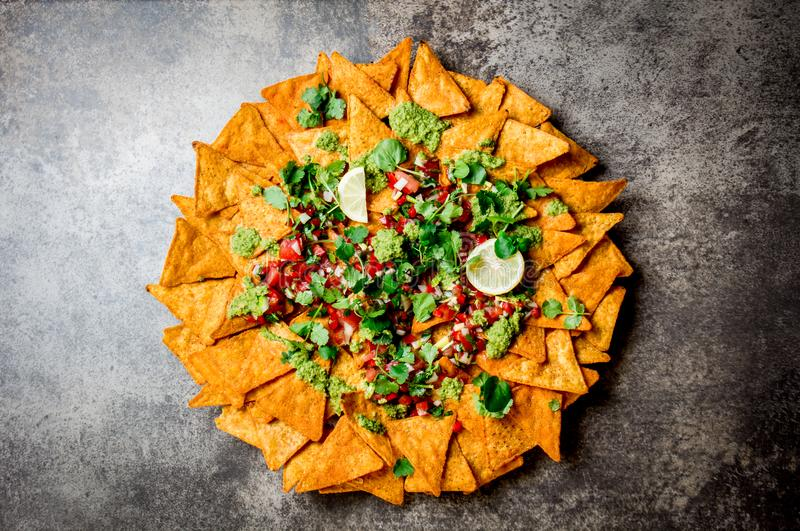 nachos Totopos με τις σάλτσες Μεξικάνικη έννοια τροφίμων Κίτρινα τσιπ totopos καλαμποκιού με τα διαφορετικά salsas σαλτσών - pico στοκ φωτογραφία