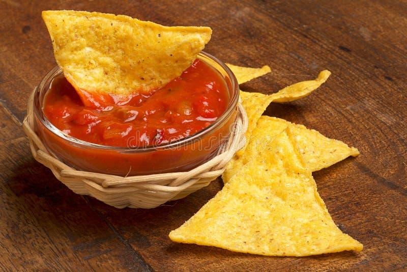 Nachos y salsa de tomate picante foto de archivo libre de regalías