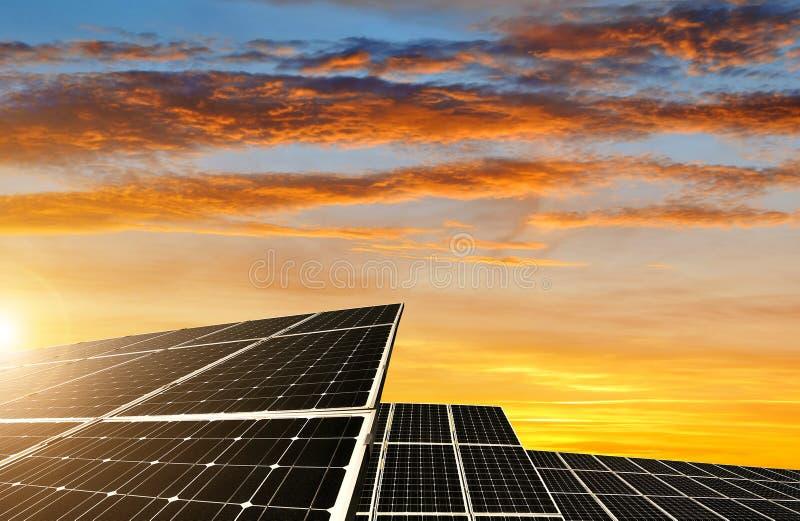 Nachricht der Sonnenenergie panels stockfoto