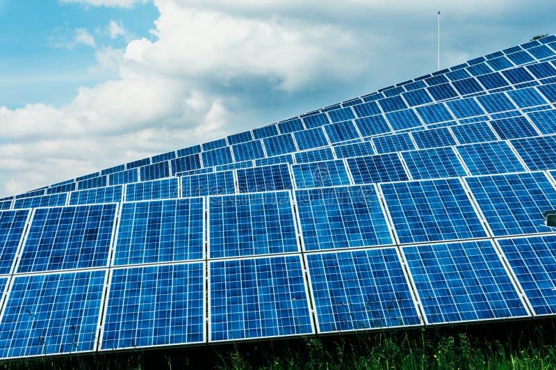 Nachricht der Sonnenenergie panels lizenzfreie stockfotos