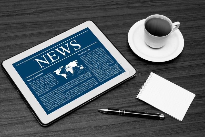 Nachrichten auf digitaler Tablette. stockfotografie