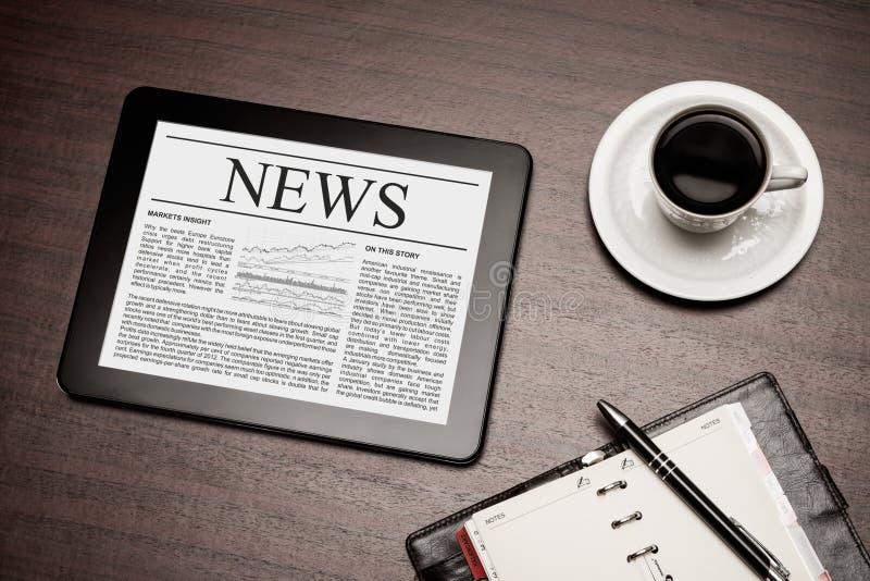 Nachrichten auf digitaler Tablette. stockbild