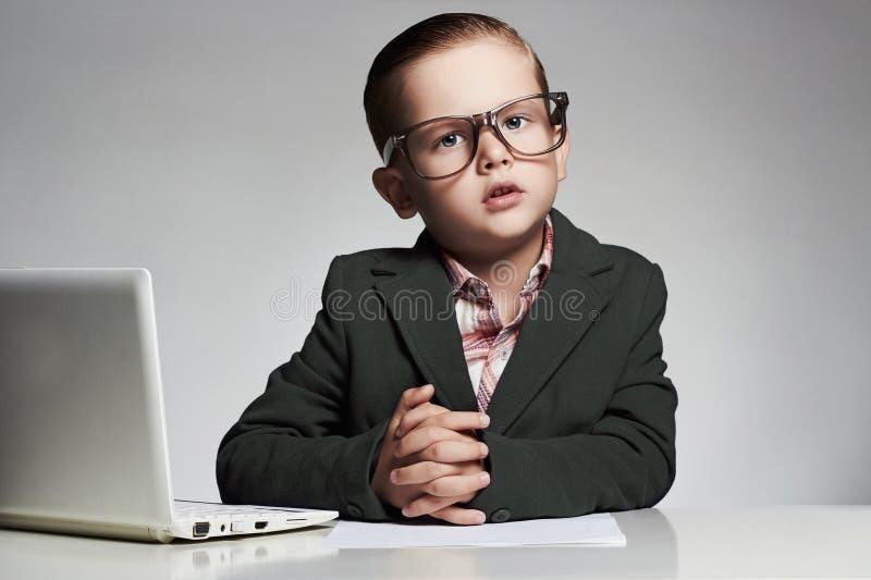 Nachrichten verankern kleinen Jungen lustiges Kinderschlagzeilenfernsehen lizenzfreie stockbilder