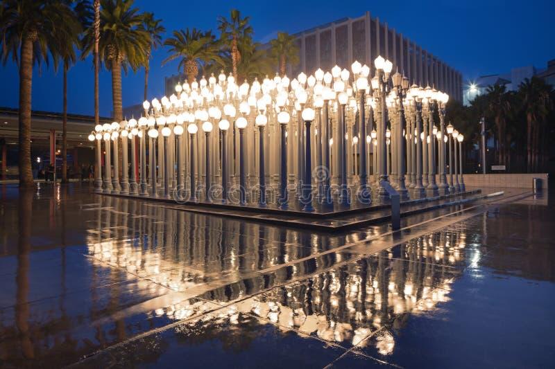 Nachtäußeres des Belastungs-städtischen Lichtes an LACMA stockbild