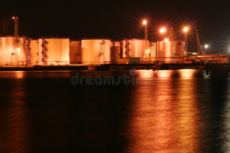 Nachtöltanks im Hafen #2 lizenzfreies stockfoto