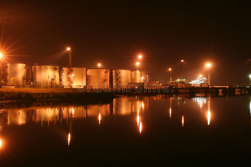 Nachtöltanks im Hafen lizenzfreies stockfoto