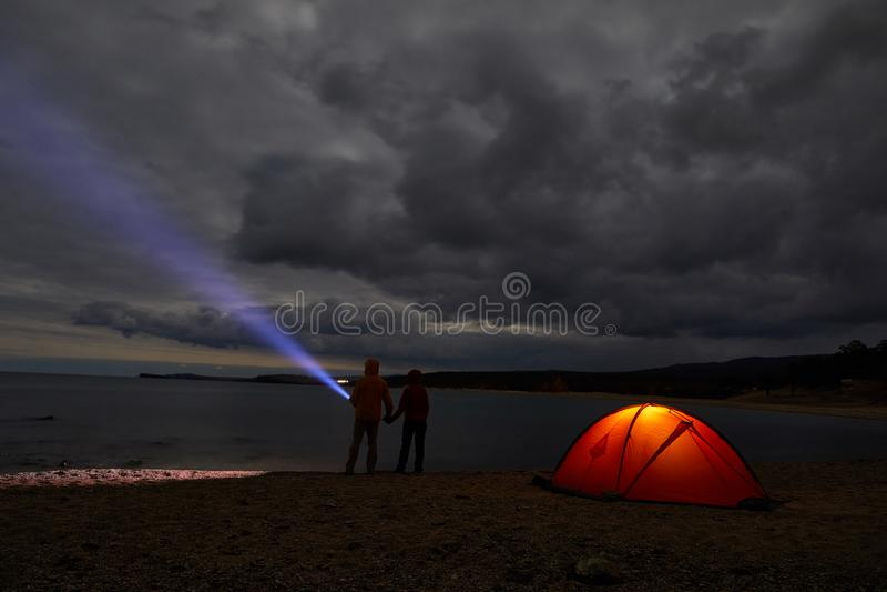 Nacht aangestoken tent in van nature het kamperen stock foto