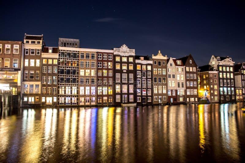 Nacht - Amsterdam - Gebouwen royalty-vrije stock fotografie