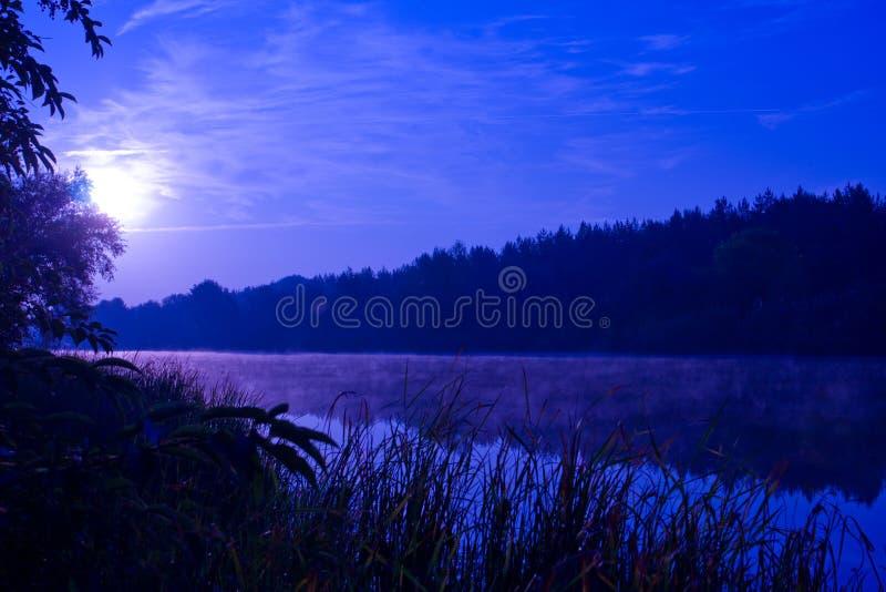 Nacht auf Fluss stockfoto