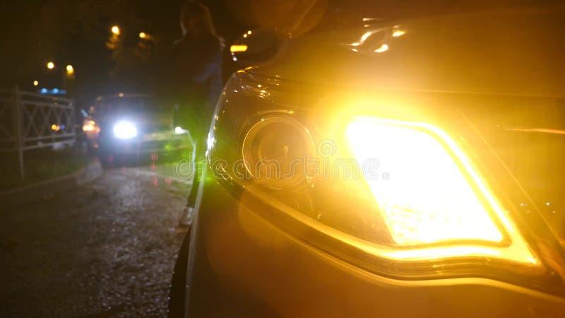 nacht Auto Blinkerlicht Notauto-Warnlicht auf dem Hintergrund von beweglichen Autos auf einer Nachtstraße lizenzfreie stockbilder