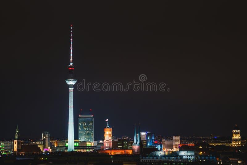 Nacht-Berlin-Panorama stockbilder