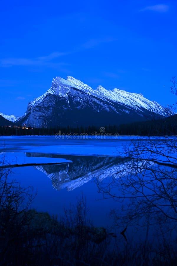 Nacht bij de Berg van de Rots stock afbeeldingen