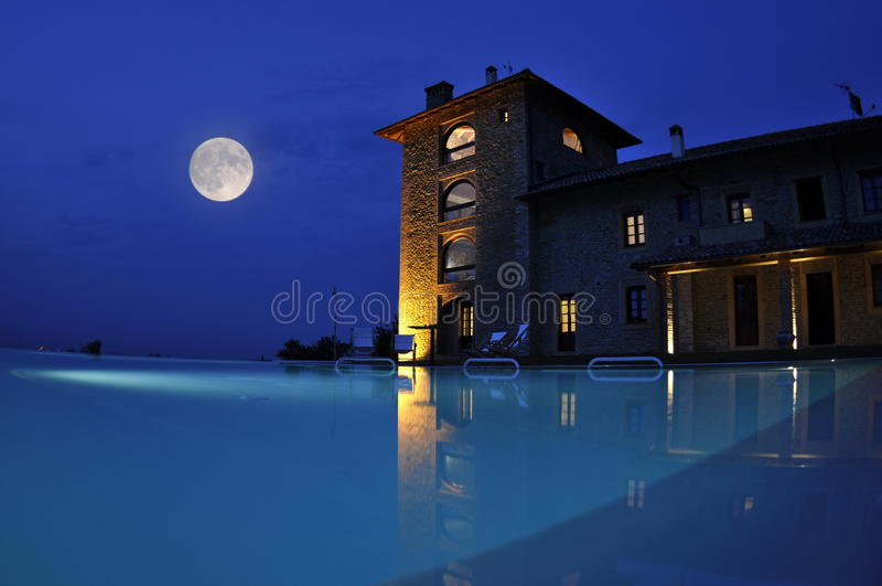 Nacht bij hotel zwembad stock foto