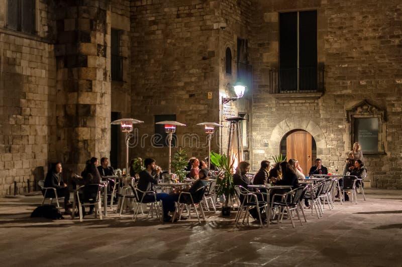 Nacht bij oude stad in Barcelona stock afbeeldingen
