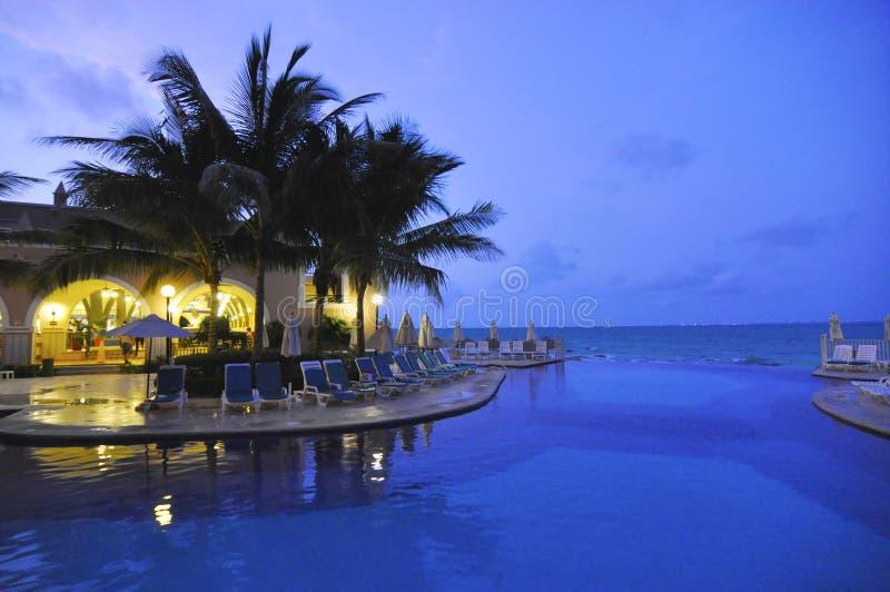 Nacht bij pool in Cancun Mexico stock fotografie