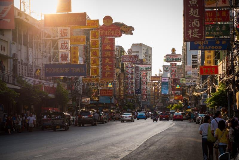 Nacht bij Yaowarat-weg De Yaowaratweg is een hoofdstraat in de Chinatown van Bangkok royalty-vrije stock foto's