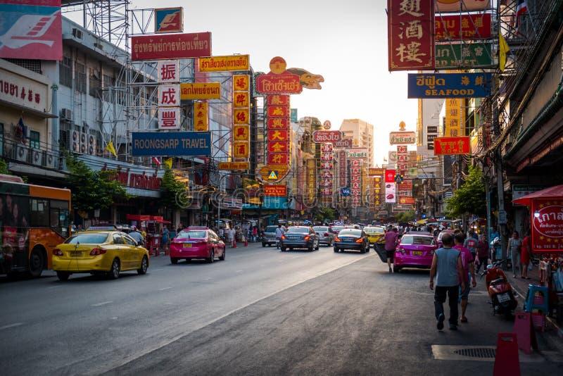 Nacht bij Yaowarat-weg De Yaowaratweg is een hoofdstraat in de Chinatown van Bangkok stock afbeelding