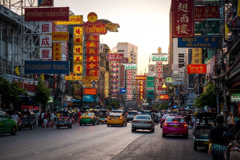 Nacht bij Yaowarat-weg De Yaowaratweg is een hoofdstraat in de Chinatown van Bangkok stock afbeeldingen