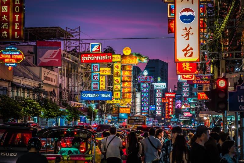 Nacht bij Yaowarat-weg De Yaowaratweg is een hoofdstraat in de Chinatown van Bangkok royalty-vrije stock afbeelding