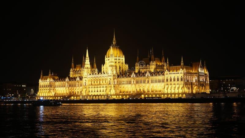 Nacht Budapest mit der Donau und dem Parlamentsgebäude, Ungarn Vogelperspektive von Budapest Ungarn lizenzfreie stockfotos