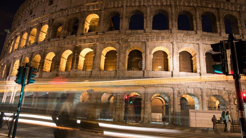 Nacht Colosseum in Rom lizenzfreie stockfotos