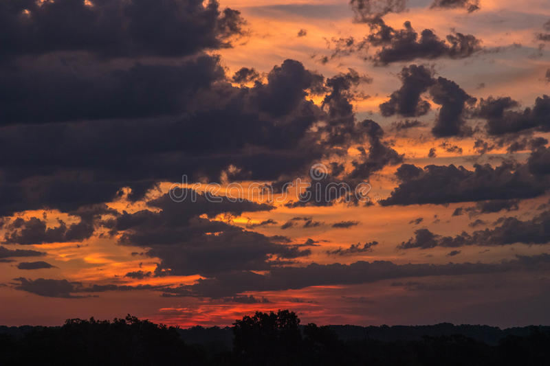 Nacht in Dawn With Silhouetted Landscape stock foto