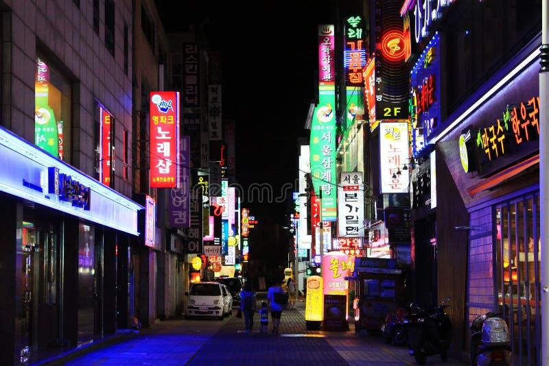 Nacht in de het Winkelen van Korea Busan Straat stock fotografie