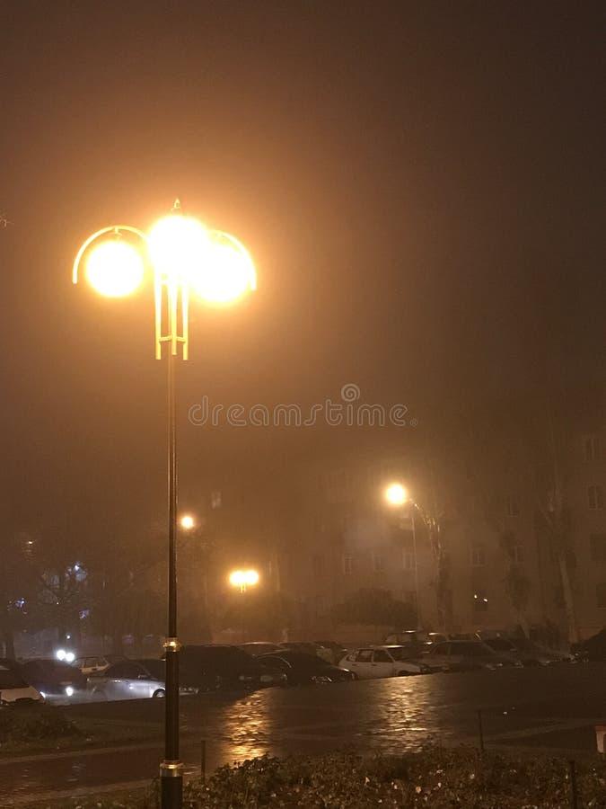 nacht in de mist stock foto's