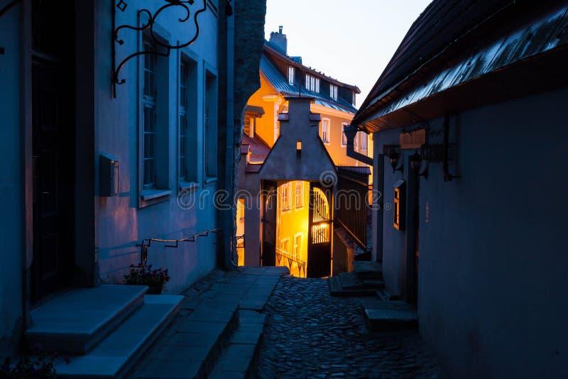 Nacht in de Oude Stad van Tallinn stock afbeelding