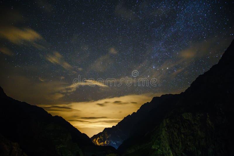 Nacht in den Bergen stockbild