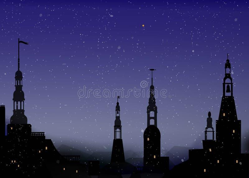Nacht in der alten Stadt mit Turm im Winterwetter, schöne Winternacht, stock abbildung