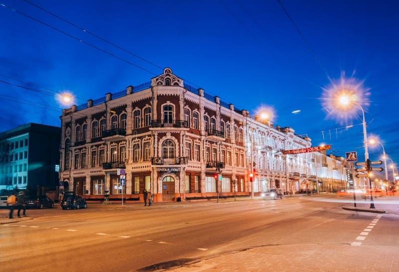 Nacht in der sowjetischen Straße mit Beleuchtung der Stadt von Gome lizenzfreie stockfotografie