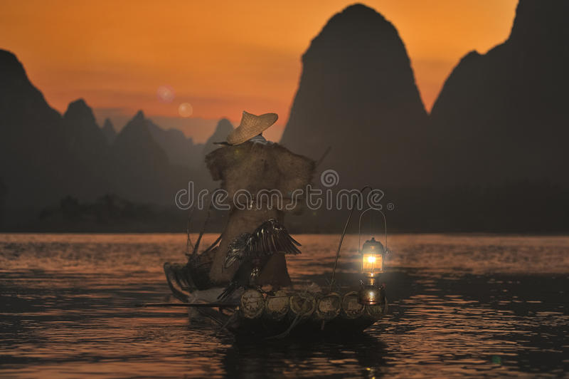 Nacht die met aalscholvers op de rivier Lijiang vissen royalty-vrije stock foto