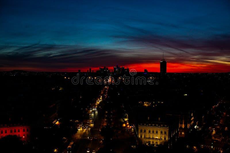 Nacht die met zonsonderganglichten wordt geschoten over Parijs stock fotografie